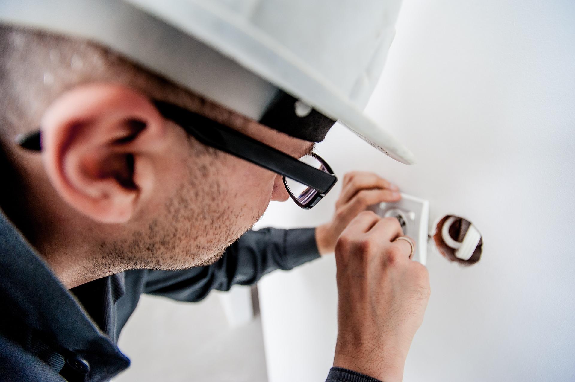 Elektriker installerar jordfelsbrytare