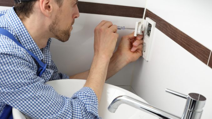 elektriker arbetar i badrum